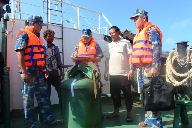 Qua kiểm tra 4 tàu nước ngoài, Cảnh sát biển Vùng 4 phát hiện các tàu này chở trên 1.200 lít dầu không rõ nguồn gốc