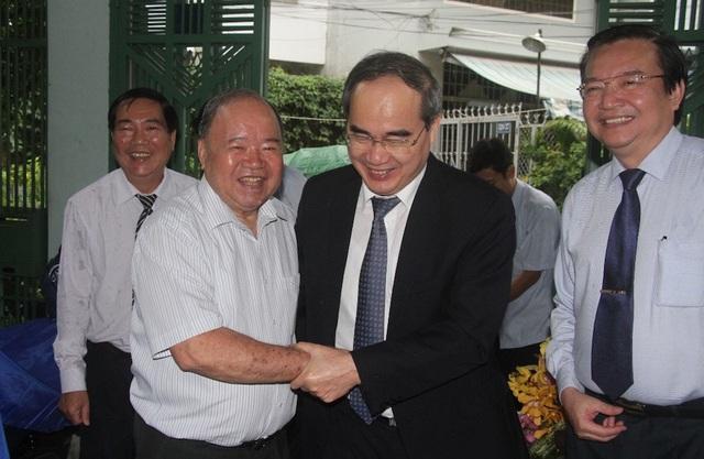 Niềm vui khi Bí thư Thành ủy Nguyễn Thiện Nhân đến thăm gia đình PGS.TS Huỳnh Văn Hoàng.