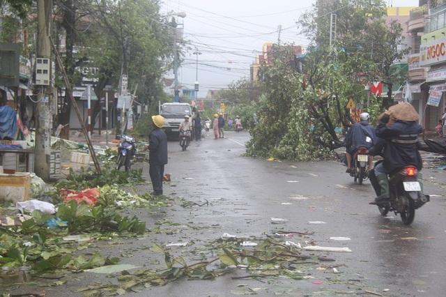 Đường phố ngổn ngang sau bão