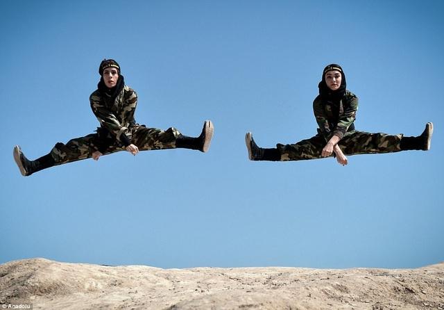 Một động tác nhảy cao và xoạc chân ấn tượng của các nữ họ viên (Ảnh: Dailymail)