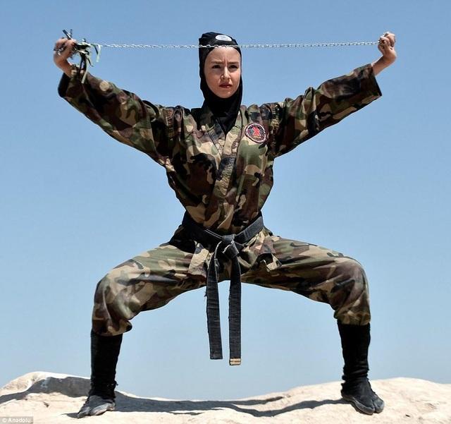 Một học viên cho biết môn võ Ninjutsu giúp cô kiên nhẫn, mạnh mẽ, chịu đựng những khó khăn của cuộc sống hàng ngày. (Ảnh: Dailymail)
