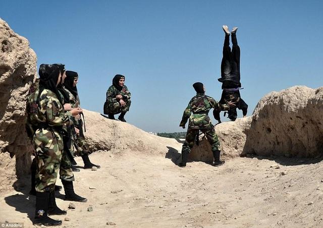 Các phụ nữ phải luyện tập dưới cái nóng có thể lên tới 70 độ trên sa mạc Iran. (Ảnh: Dailymail)