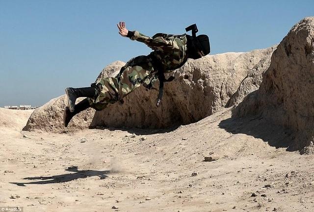 Họ được huấn luyện để sử dụng các vũ khí nguy hiểm như cung tên, kiếm, côn nhị khúc và phi tiêu (Ảnh: Dailymail)