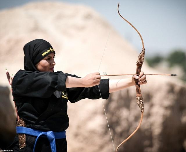 Các học viên học cách thử dụng vũ khí (Ảnh: Dailymail)