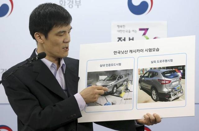 Một cán bộ của Bộ Môi trường Hàn Quốc trình bày về xe Nissan Qashqai trong một cuộc họp chính phủ hồi giữa năm ngoái. (Ảnh: AP)
