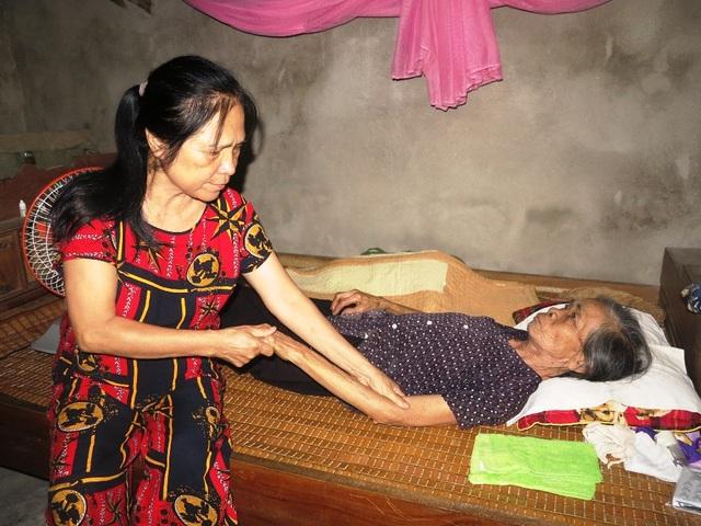 Những lúc trái gió, trở trời thì bà đau trong người nên được con dâu đang bóp tay cho mẹ. Còn cụ thì mong khi nằm xuống mong được đưa chồng về quê.