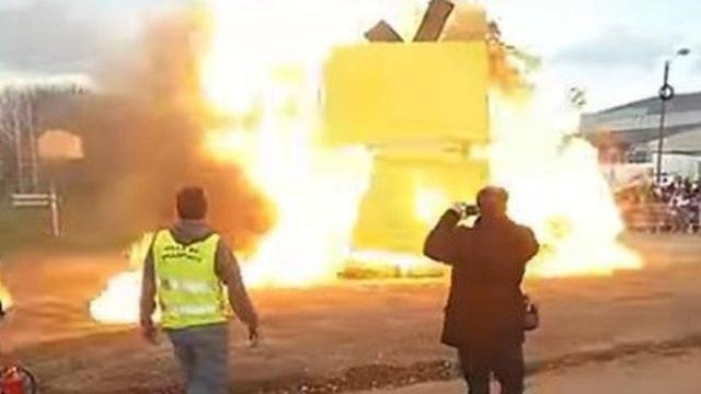 Hình ảnh từ đoạn video quay lại cho thấy vụ nổ xảy ra sau khi một số người châm lửa đốt một hình nộm biểu tượng của lễ hội có tên là Mr Carnival, vốn được làm từ rơm và gỗ. (Ảnh: Twitter)
