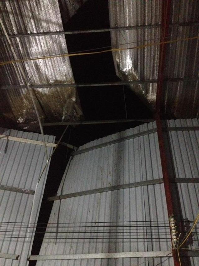 Tường và trần nhà bị hư hại sau vụ nổ (ảnh: Sỹ Thành)