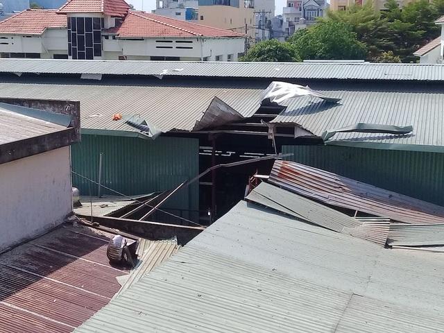 Vụ nổ khiến mái tôn bị thổi bay (ảnh: Nhi Tran)