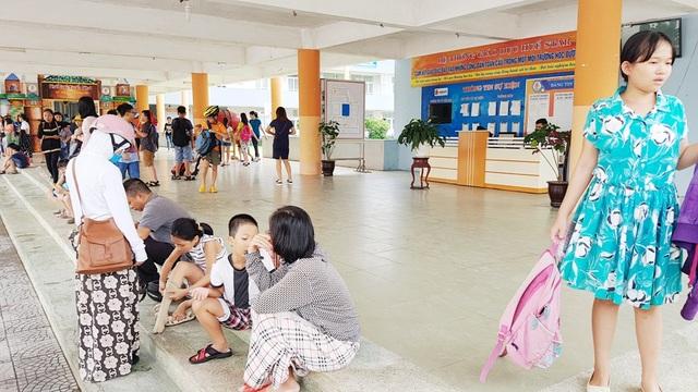 Phụ huynh và học sinh trường Huế Star đang lo lắng vì phòng bị niêm phong, trường có nguy cơ giải thể cao