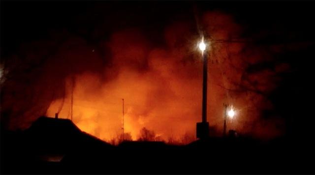 Ngọn lửa bao trùm một khu vực rộng lớn sau khi nổ kho đạn lớn nhất Ukraine rạng sáng 23/3. (Ảnh: RT)