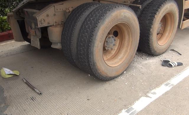 Dụng cụ mà tài xế dùng để đục lấy cục bê tông
