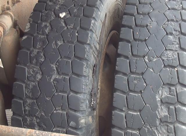 Vết thủng trên bánh xe sau vụ nổ