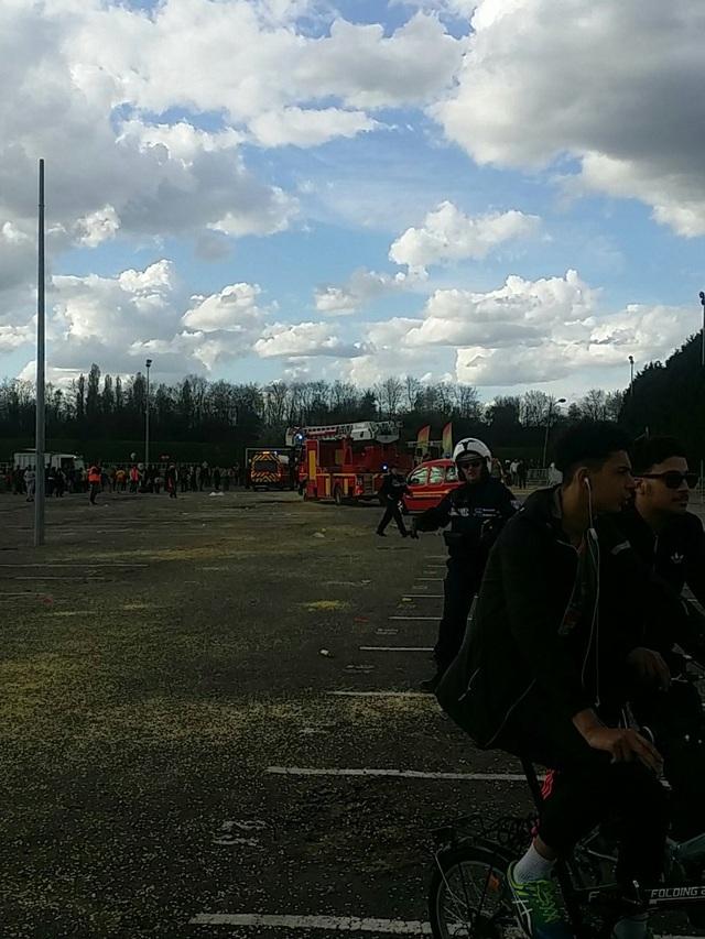 Hình ảnh từ video cho thấy tình trạng hỗn loạn tại khu vực diễn ra lễ hội khi nhiều người la hét và bỏ chạy. Lính cứu hỏa và bác sĩ cấp cứu được điều động nhanh chóng tới hiện trường vụ nổ. (Ảnh: Twitter)