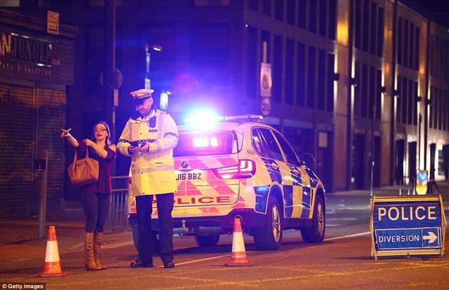 Cảnh sát đã có mặt tại hiện trường ngay sau vụ nổ xảy ra khoảng 10h30 tối qua 22/5. (Ảnh: Getty)