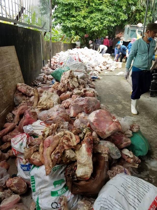 Số nội tạng, xương, chân, đuôi, móng cũng như nhiều bộ phận khác của lợn, bò xếp thành đống bốc mùi hôi thối