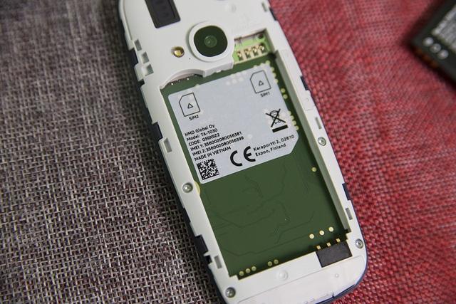 Máy hỗ trợ 2 SIM 2 sóng, tích hợp khe cắm thẻ nhớ rời và được sản xuất tại Việt Nam.