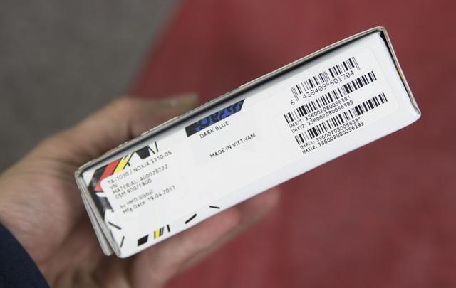 Cạnh trái là thông tin thiết bị, nơi sản xuất. Đáng chú ý thiết bị này được sản xuất tại nhà máy Nokia ở Việt Nam.