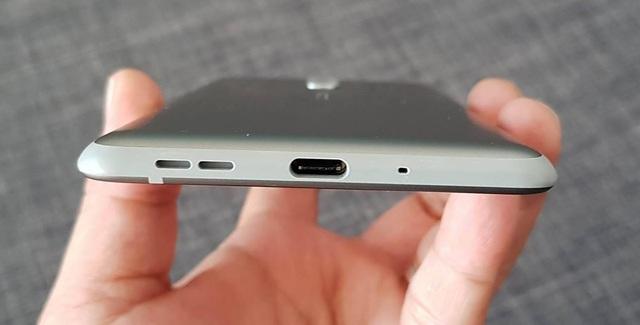 Bên dưới của máy sử dụng chuẩn sạc USB Type-C, đi cùng loa ngoài và microphone.
