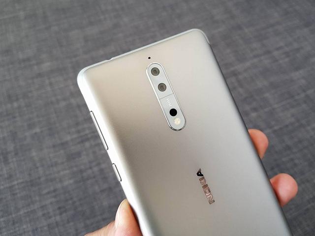 Điểm nhấn của máy đó là hệ thống camera kép với sự trở lại của ống kính Carl Zeiss. Đây là sự tái hợp mà người dùng Nokia rất trông đợi.