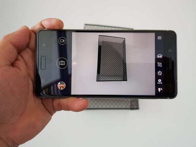 Hệ thống camera này có độ phân giải 13 MP với một ống kính RGB và ống kính đơn sắc khác. Cho phép tạo ra các bức ảnh sắc nét, độ tương phản cao thông qua công nghệ Image Fusion Technology.