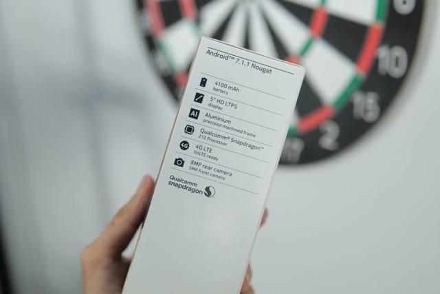 Hộp máy khá gọn nhỏ và các thông tin kỹ thuật được in bên hông hộp máy, gồm màn hình 5 inch HD, vi xử lý Qualcomm Snapdragon 212, hỗ trợ 4G…