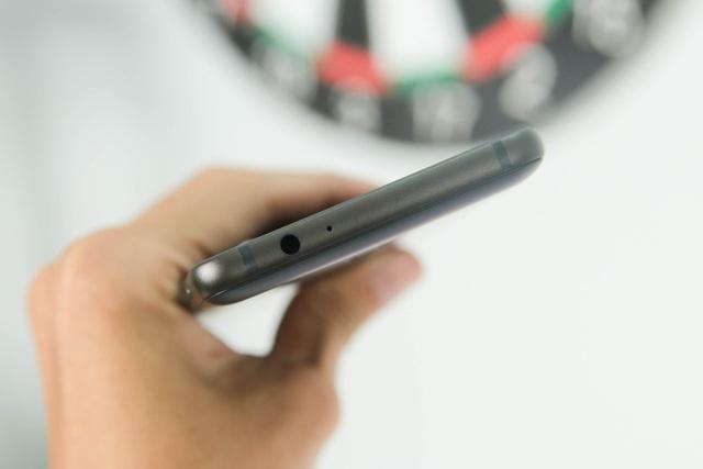 Cạnh trên là cổng tai nghe 3.5mm và micro phụ hỗ trợ ghi âm và quay video.