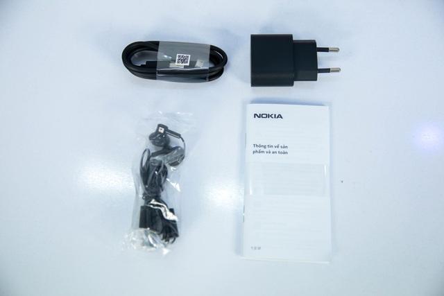 Bên trong hộp máy, máy đi kèm đầy đủ các phụ kiện cần thiết cho một chiếc smartphone, gồm: sạc, cáp micro-USB, tai nghe và sách hướng dẫn sử dụng.