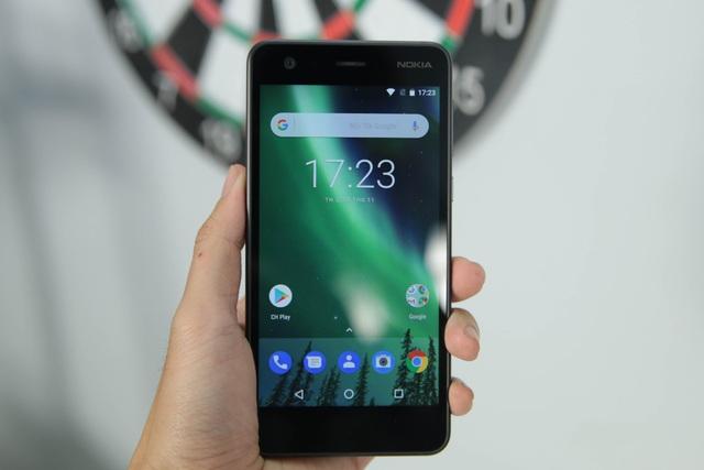 Bên trong, máy trang bị cấu hình gồm vi xử lý Snapdragon 212, tốc độ 1,2 GHz, hỗ trợ LTE, RAM 1 GB, bộ nhớ trong 8 GB và khởi chạy Android Nougat. Nokia cho biết dòng máy này cũng sẵn sàng nâng cấp lên Android Oreo trong thời gian tới.