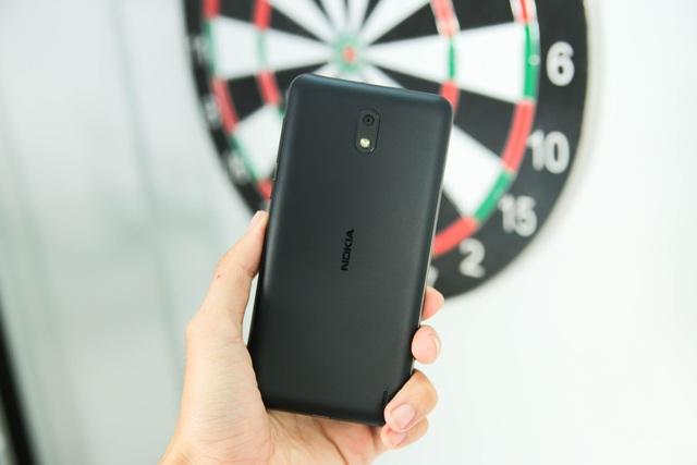 Mặt sau của máy sử dụng vật liệu polycarbonate đúc nhám mịn, cho khả năng chống bám bẩn. Thoạt nhìn mặt sau máy tương tự như các mẫu Lumia trước đó mà Nokia đã sản xuất.