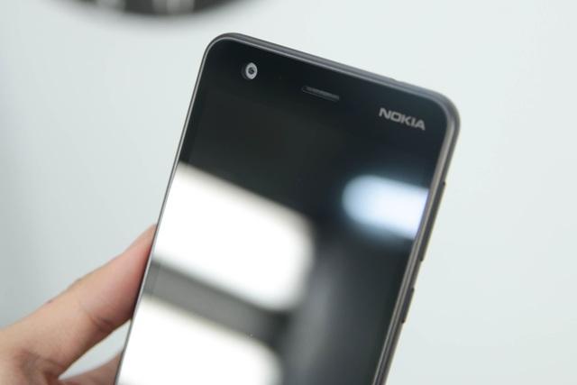Phía trên mặt trước, Nokia tích hợp một camera selfie 5 MP với tiêu cự cố định và đi cùng các cảm biến như cảm biến ánh sáng xung quanh, cảm biến tiệm cận…