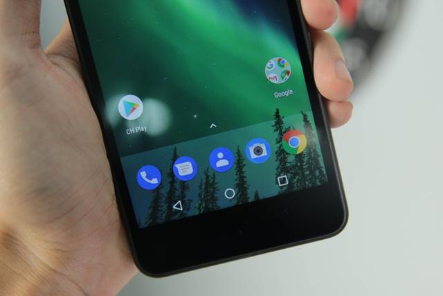Ở phía dưới màn hình, Nokia đưa 3 phím điều hướng vào bên trong màn hình. Nếu 3 phím này được dời ra cạnh, đây sẽ trải nghiệm hoàn hảo hơn và gia tăng không gian sử dụng cho người dùng. Tuy nhiên, ở thiết bị giá rẻ khó có thể đòi hỏi thêm và hoàn toàn có thể chấp nhận được.