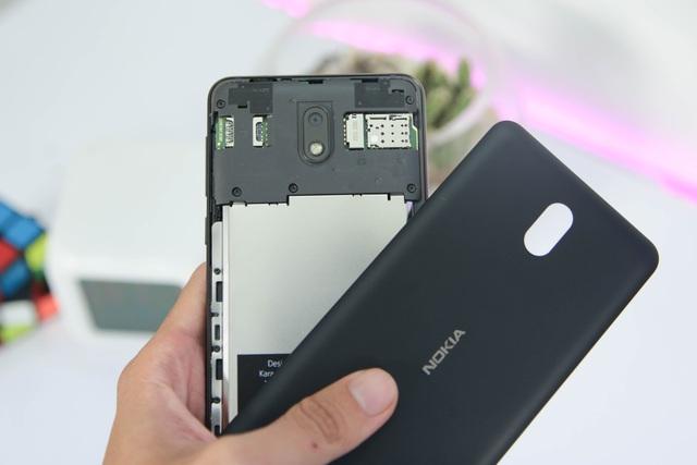 Mặt sau của máy cũng có thể tháo rời dễ dàng để thay vỏ, đổi SIM và gắn thêm thẻ nhớ microSD. Nokia mở rộng khe cắm thẻ nhớ hỗ trợ dung lượng lên đến 128 GB.