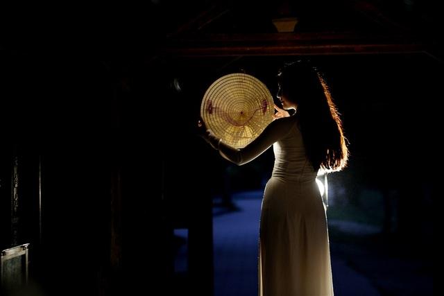 Nét đẹp của tà áo dài, của nón lá, vẻ đẹp của người con gái Việt được cô thể hiện tinh tế.