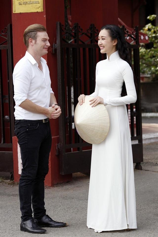 Cô sánh vai cùng Kyo York trong 2 số của Hành trình văn hóa Việt để giới thiệu cùng khán giả hai nét tinh hoa văn hóa Việt là Nhã nhạc cung đình và nón lá.