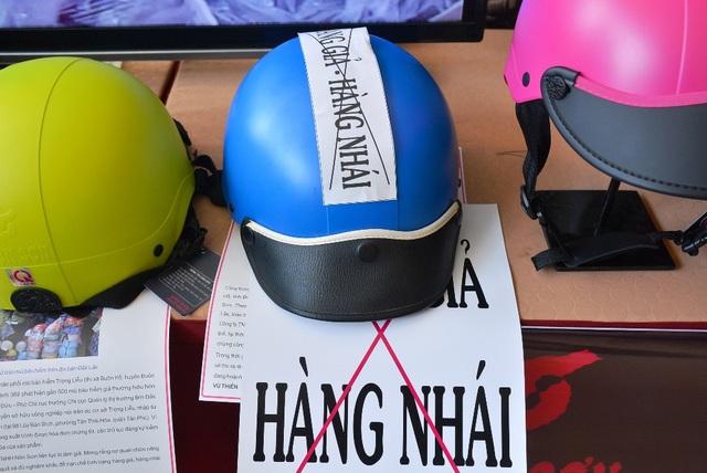 Một chiếc nón nhái thương hiệu Nón Sơn được bán giá 320.000 đồng, bằng với giá sản phẩm thật.