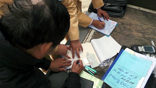 Lực lượng CSGT yêu cầu người vi phạm ký vào kết quả đo nồng độ cồn để làm căn cứ xử lý.