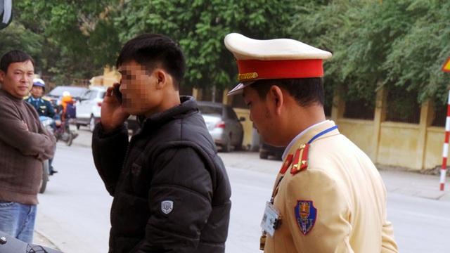 Hành động quen thuộc của những người vi phạm là gọi điện thoại cho người thân để cầu cứu, xin xỏ nhằm bỏ qua vi phạm. Theo Trung úy Hoàng Tuấn Anh, đối với các trường hợp vi phạm về nồng độ cồn, lực lượng CSGT kiên quyết xử lý, tránh các trường hợp đáng tiếc xảy ra.