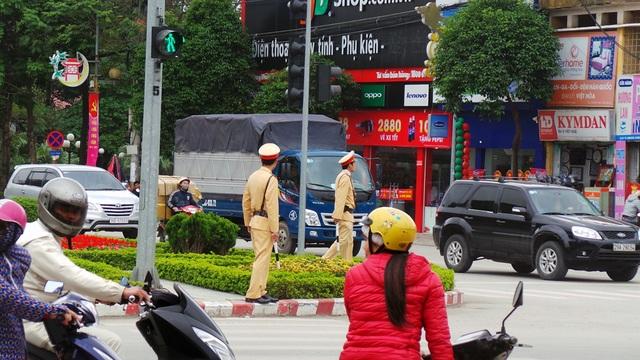 Các tổ công tác CSGT chốt trực tại những nút giao thông trọng điểm, gần các quán nhậu, kịp thời phát hiện, xử lý các trường hợp vi phạm.