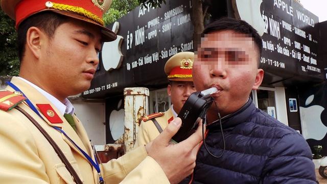 Trung úy Hoàng Tuấn Anh (Đội CSGT số 15) cho biết, thời điểm giáp Tết, lượng người điều khiển phương tiện vi phạm quy định về nồng độ cồn tăng mạnh. Đối với những trường hợp quá say xỉn, lực lượng CSGT sẽ cử cán bộ đưa người và phương tiện về tận nhà.