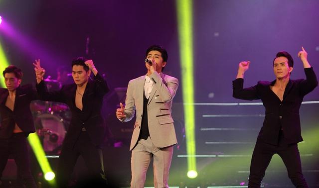 """Với sở trường là những ca khúc nhạc dance, Noo Phước Thịnh tiếp tục trình diễn 2 ca khúc về tình yêu thuở ban đầu nóng bỏng như ánh nắng mùa hè, đó là """"Như phút ban đầu"""" và """"Cause I Love You""""."""