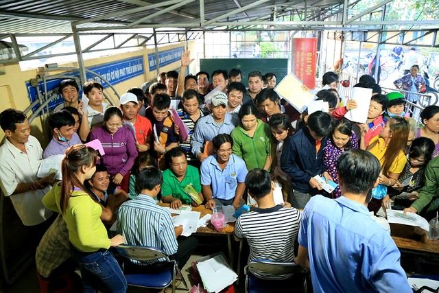 Đến sáng 26/6, hàng chục phụ huynh vẫn đang làm thủ tục nộp hồ sơ xin vào lớp 1 cho con em mình.