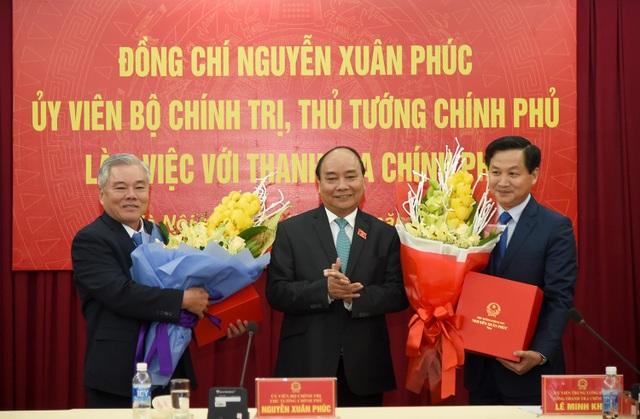 Thủ tướng tặng hoa chúc mừng nguyên Tổng Thanh tra Phan Văn Sáu (trái) và tân Tổng Thanh tra Lê Minh Khái nhận nhiệm vụ mới.