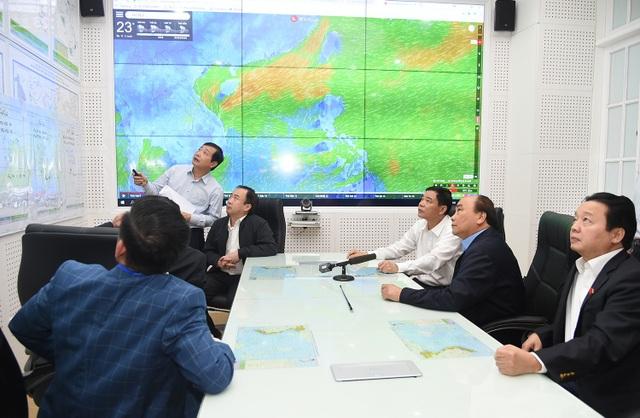 Thủ tướng cùng các đại biểu tham quan phòng trực ban của Ban chỉ đạo Trung ương về phòng, chống thiên tai (Bộ NN&PTNT).
