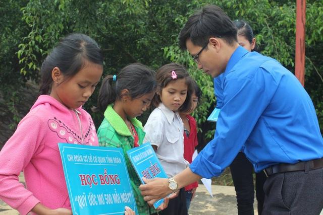 Phó bí thư Tỉnh đoàn Nguyễn Văn Hợi trao học bổng Ước mơ 500 đồng mỗi ngày cho học sinh nghèo bản Đoàn Kết