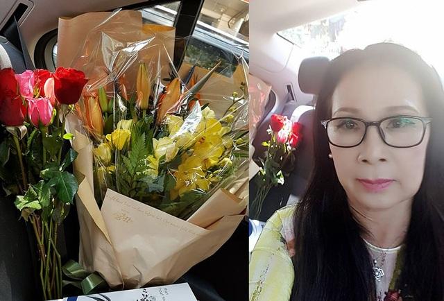 NSƯT Kim Xuân chia sẻ hoa và quà của mình từ sáng sớm ngày 8/3.
