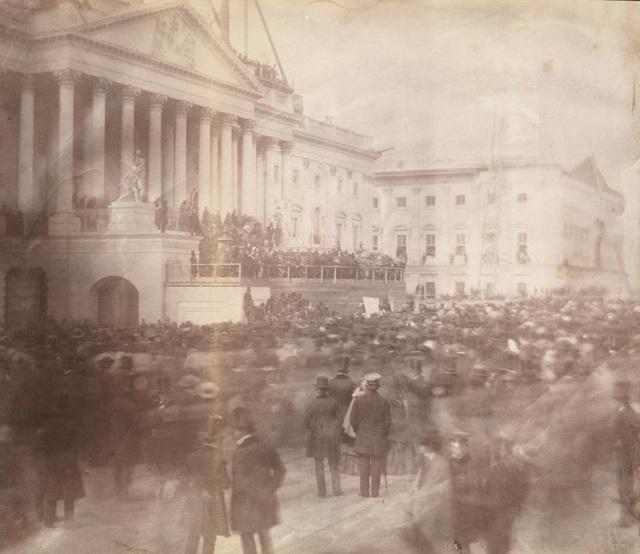 Bức ảnh đầu tiên về lễ nhậm chức của Tổng thống James Buchanan - tổng thống thứ 15 của Mỹ - vào tháng 3/1857 tại Điện Capitol.