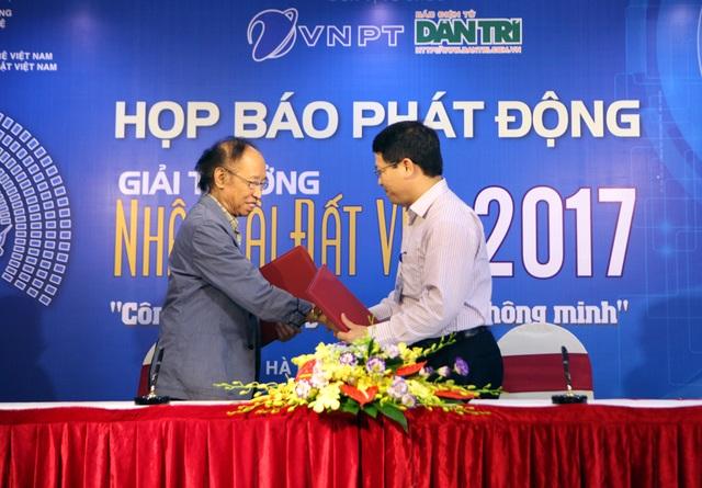 Lãnh đạo báo Dân trí cùng đại diện Tập đoàn Bưu chính Viễn thông Việt Nam (VNPT) đã ký thỏa thuận đồng tổ chức Giải thưởng Nhân tài Đất Việt 2017.