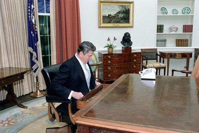 Tổng thống Ronald Reagan tại phòng Bầu dục trong Nhà Trắng sau lễ diễu hành nhậm chức vào tháng 1/1981.