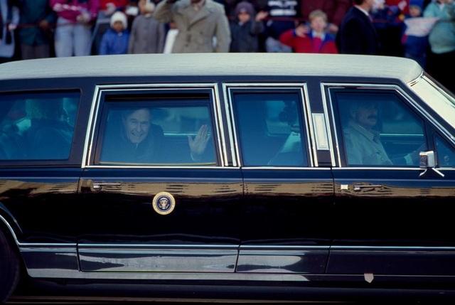 Tổng thống George H. W. Bush vẫy tay chào người dân từ trong chiếc limousin chuyên dụng trong lễ diễu hành nhậm chức hồi tháng 1/1989.